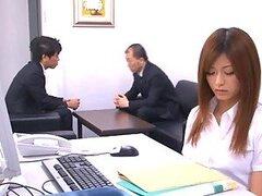 Preciosa secretaria Asiatica muy puta y de minifalda ama mamar pollas y ser follada en la oficina