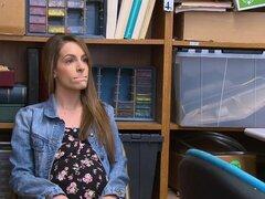 El sospechoso de embarazada fue aprehendido por presunto robo de tiendas por parte de oficial del LP. El sospechoso fue registrado y se encontró que no estaba embarazada. El sospechoso de embarazada fue aprehendido por presunto robo de tiendas por parte d