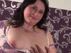 Puta madura gordita desnuda frotando su coño gordo en la cama