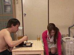 Obediente sirvienta asiática limpia, lo alimenta y lo folla