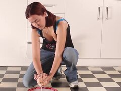 Niñas hacia el oeste - Pigtailed amateur cutie con coño peludo. Una chica amateur llamada melodía limpia el piso y se masturba, digitación y jugando su coño peludo en la cocina
