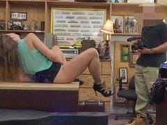 Rubio Ivy Rose Tis grandes a chupar Dick en casa de empeño. Belleza rubia Ivy Rose con sus buenas tetas grandes a chupar dick y el dedo a sí misma en la oficina