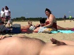 El exhibicionista de la playa disfruta de su día de verano