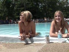 Tetas grandes en los concursantes nudistas en una fiesta loca