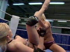 Lesbianas chicas entran en una pelea. Lesbianas chicas entran en una pelea y se excitan y se mojan