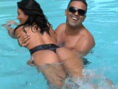 Cum en el culo de perra brasileña sexy. Sexy puta brasileña recibe en el culo después del sexo al aire libre