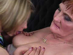Experimentada abuela y su lesbiana va de aprendiz en el sofá