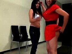 Calientes hermanas latinas de Colombia se ponen traviesas besándose frente a ti