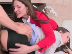 CFNM femdom Lily Love follando para un acuerdo. CFNM femdoms Lily Love y Samantha Ryan follando para un acuerdo de