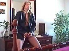 sexy mujerzuela madre me gustaría follar con una chaqueta de cuero está follando su juguete sexual mientras este chico lo graba,