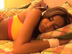 Latina caliente necesita una polla gorda por su coño mojado mientras duerme