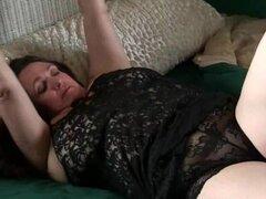 Abuela con tetas grandes se despierta cachonda