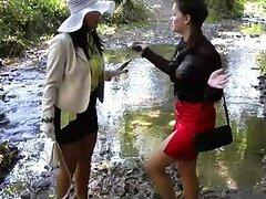 Sucias jovencitas muy traviesas con fetichismo por ensuciarse cumplen sus deseos mientras cruzan un puente