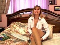 Trazos de milf rubia con su coño peludo en el chat porno, milf oficina rubia deliciosa le encanta ser una guarra en webcam mostrando sus grandes tetas y disfrutar de una masturbación de coño peludo