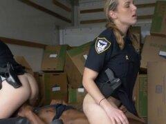 Big Titty hembra blanca policías conseguir conectado con gran polla negra. Gran titty grande blanco uniformados policías mujeres conseguir conectados con polla negra grande de sospechosos