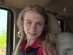 La rubia de pelo largo Charlotte disfruta de una corrida en su cara-Charlotte