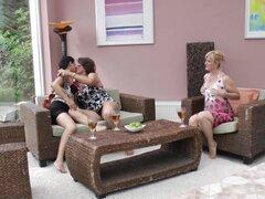 ¡Estas abuelas son muy cachondas y quieren hacer algunas lamidas de coño! -Elmira, Gigi, Celine H.