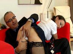 Adolescente británico en medias es follada por un viejo pervertido