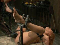 Bootilicious Bondage, Yasmine devuelve más esclavitud y orgasmos. Ha sido tanto tiempo que tiene que ser introducido a los placeres del dolor para ganar aunque. Como que babea con la mordaza de bola roja en su boca, su coño se esfuerza por alcanzar el vib