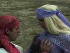 Sharon Cumms y Alfonso encuentran una ladera desierta para follar. El coño de Sharon's se mancha con sus jugos y Alfonso sumerge su lengua dentro para lamer hasta la última gota. Ella le chupa la polla de rodillas y lo lleva profundamente en el coño al