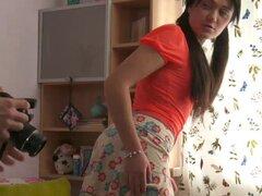 Fascinante morena en minifalda gemidos mientras su coño es lamido