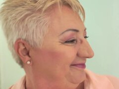 Abuela gorda da cabeza. Abuela gorda con el pelo corto da cabeza y consigue boca chuparlas