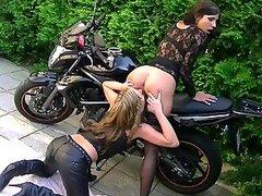 Calientes lesbianas motoqueras se ponen cachondas la aire libre experimentando con sus coños