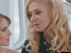 Scarlett no puede esperar a la siguiente etapa de su vida con su familia amorosa. Scarlett Sage está con su madrastra Dee y su abuela Nina, quien le enseñó sobre el sexo lésbico Es una tradición en su familia No pasa mucho tiempo antes de que se relaje de