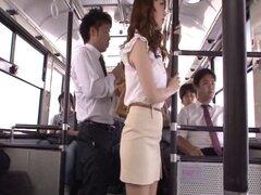 Tocar a mujeres asiáticas cachonda en el bus follando ellos profundamente - Kaede Fuyutsuki