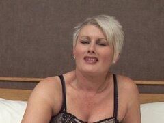 Rubia madura besables liberar sus bragas y luego obtener el placer del juguete del sexo - Davina