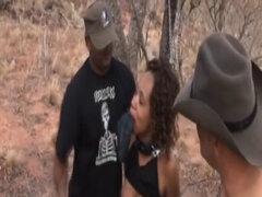 Dos maestros obligan a esclavo africano a chupar pollas. Esclavo africano disfruta de conseguir por sus dos maestros calientes después de que ella en poner una polla dentro de su boca y chuparlo
