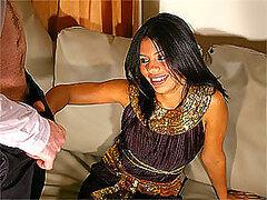 Hottie árabe obtiene sus manos en una polla muy dura