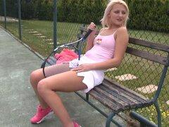 Adolescentes de tenis en una minifalda se masturba en la cancha - Katy Rose