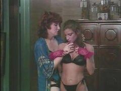 Retra mujer lesbiana seduciendo a una chica joven para sexo, maduras retra dama seducir a amorcito lesbiana más joven en la sala como usar ropa interior sexy tanto disfrutar de acción de lesbianas.